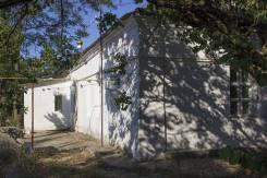 Продается большой сельский дом в 12 км от моря, Крым. Улица Советская 3, р-н Ленинский, площадь дома 120 кв.м., централизованный водопровод, электрич...