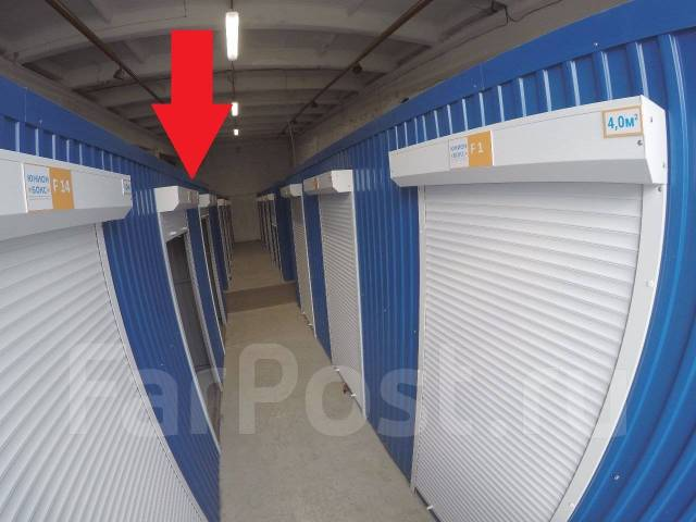 Теплый и сухой гараж для хранения личных вещей товаров и оборудования. Вид снаружи