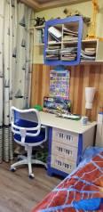 Стол в детскую комнату с полкой