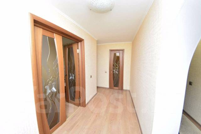 4-комнатная, улица Комсомольская 6. Центр, агентство, 110кв.м. Прихожая