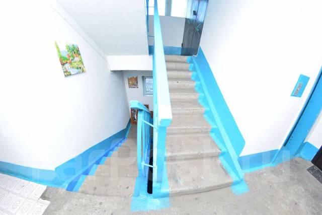 4-комнатная, улица Комсомольская 6. Центр, агентство, 110кв.м. Подъезд внутри