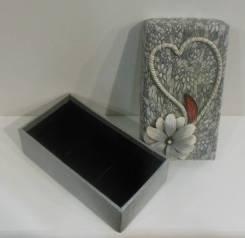 Подарочная коробочка с керамическими цветами 14*8*4см серая
