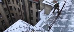 Уборка снега с крыши.