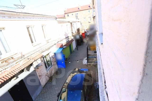 Гостинка, улица Адмирала Фокина 5а. Центр, 24кв.м. Вид из окна днем