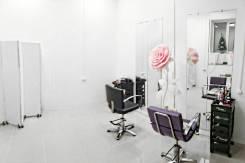 Сдам рабочее место для парикмахера. Улица Мичурина 24, р-н Центральный, 5,0кв.м., цена указана за все помещение в месяц. Интерьер