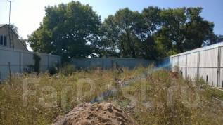 Земельный участок в черте города. Свет, вода, канализация, забор, адрес. 677кв.м., собственность, электричество, вода. Фото участка