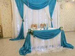 Свадебное украшение стола молодоженов и тканевый экран.