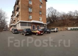 Собственник сдает помещения под офис, торговлю (Владивосток). 97 кв.м., улица Адмирала Кузнецова 70, р-н 64, 71 микрорайоны. Дом снаружи