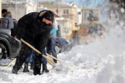Уборка снега с тротуаров и других территорий.