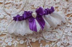 Подвязка невесты с бантом и брошью. Фиолетовая