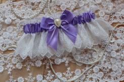 Подвязка невесты с бантом и брошью. Сиреневая