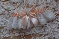 Подвязка невесты с бантом и брошью. Персик