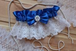Шикарная подвязка невесты с брошью и кружевом. Синяя