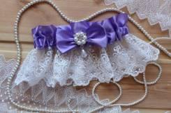 Шикарная подвязка невесты с брошью и кружевом. Сирень