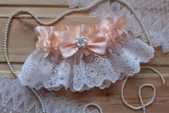 Шикарная подвязка невесты с брошью и кружевом. Персик