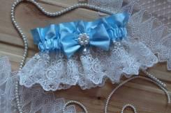 Шикарная подвязка невесты с брошью и кружевом. Голубая