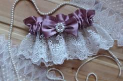 Шикарная подвязка невесты с брошью и кружевом. Пыльная роза