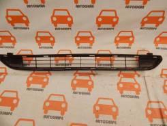 Решётка переднего бампера центральная Toyota RAV4
