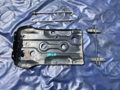 Крепление аккумулятора. Mazda Bongo Friendee, SG5W, SGE3, SGEW, SGL3, SGL5, SGLR, SGLW Двигатели: FEE, J5D, WLT