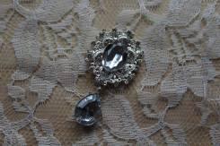 Красивая брошь с камнями и капелькой, цвет серебро, без крепления