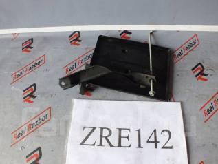 Крепление аккумулятора. Toyota: Premio, Allion, Wish, Corolla Axio, Corolla Verso, Corolla Fielder, Corolla Двигатели: 1NZFE, 2ZRFAE, 3ZRFAE, 2ZRFE, 1...