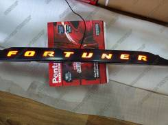 Накладка на дверь багажника. Toyota Fortuner, GUN166, TRN166 Двигатели: 1GDFTV, 2TRFE