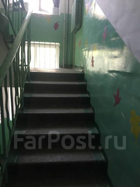 Комната, улица Овчинникова 2. Столетие, агентство, 15кв.м. Подъезд внутри