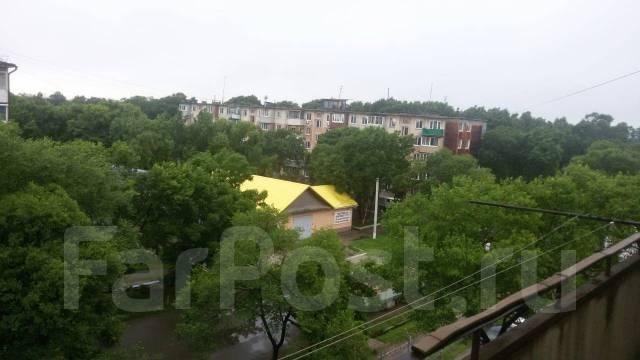 1-комнатная, улица Октябрьская 5. теплосетей, агентство, 33кв.м. Вид из окна днём
