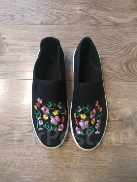 96182100d Продам новые слипоны с вышивкой - Обувь во Владивостоке