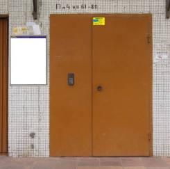 Расклейка самоклеек в углу подъездных дверей