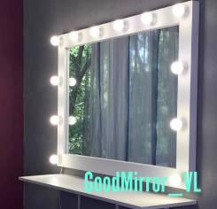 Зеркала и банкетки.
