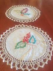 Две салфетки с вышивкой
