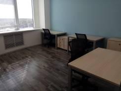 Компания сдает офис в ТРК Новомосковский. Офис с окном, мебелью. 10кв.м., Хабарова, 2, р-н ЮЗАО