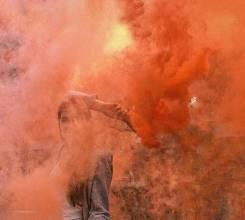 Оранжевый дым горит до 2 минут