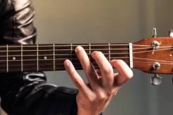 Репетитор игре на гитаре.