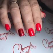 Покрытие ногтей гель-лаком.