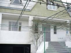Большой жилой дом с комнатами для отдыхающих. Улица Интернациональная 33, р-н Витязево, площадь дома 340,0кв.м., централизованный водопровод, электр...