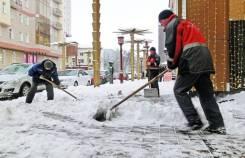Уборка вывоз снега мусора грузчики грузовик.