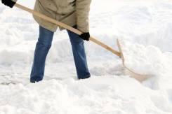 Уборка снега на территориях.