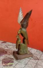 Статуэтка из рога, кормящая птица