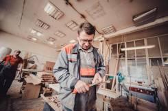 Требуется разнорабочий с плотницкими навыками.
