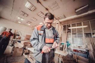 Требуется разнорабочий с плотницкими навыками 1200 день