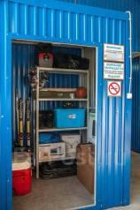 Теплый и сухой гараж для хранения личных вещей товаров и оборудования. Вид изнутри